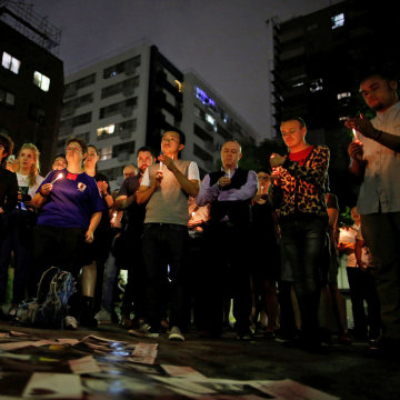 Image: People hold a candlelight vigil to mourn victims of the mass shooting at the Pulse gay nightclub in Orlando, in Tokyo, Japan