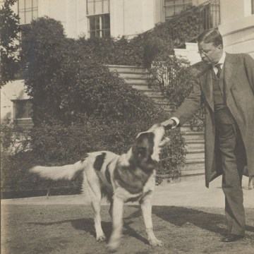 Image: Theodore Roosevelt and Rollo, his Saint Bernard, with the White House in the background, Washington (D.C.)