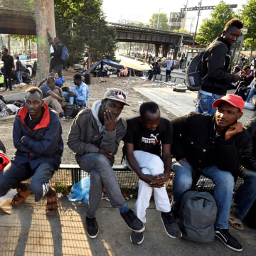 Image: Migrants and refugees gather in the streets
