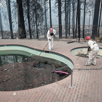 Image: Forensic investigators search a community swimming pool for victims of the Camp Fire in Paradise