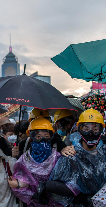 Image: Pro-democracy protesters gather as police as riot police attempt to clear a demonstration site near the officer of the Chief Executive in Hong Kong