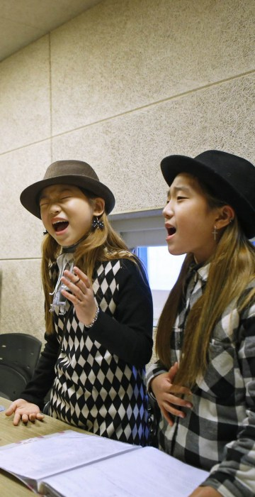Image: Kim Si-yoon and Yoo Ga-eul take part in a singing lesson at DEF Dance Skool in Seoul