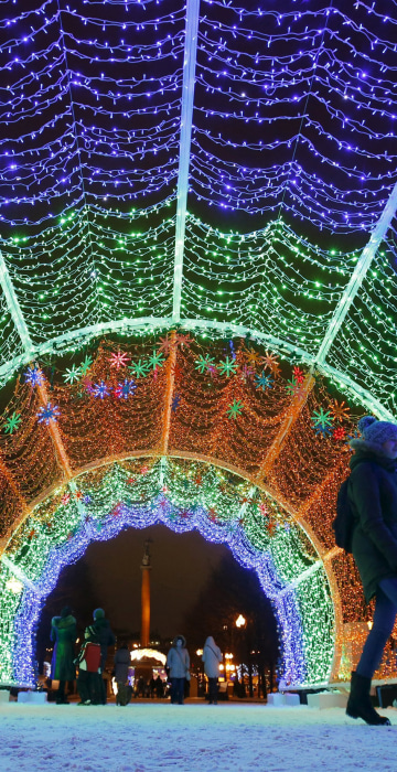 Image: Couple walks through decorations for upcoming Christmas and New Year celebrations in central Moscow