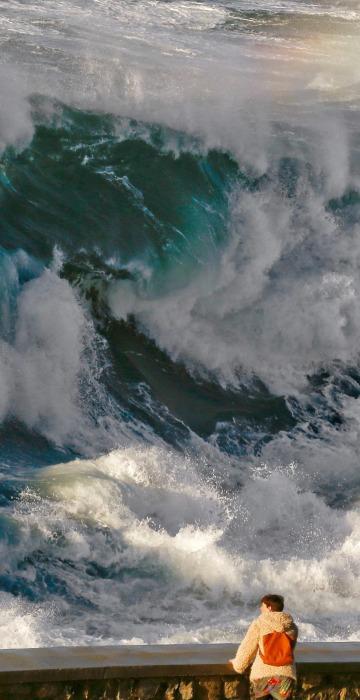 Image: Big waves in San Sebastian