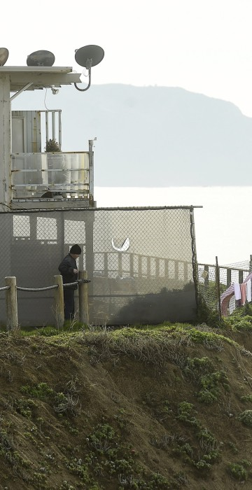 Image: An uninhabitable apartment building, which in danger of collapsing due to El Nino storm erosion, sits perched above the Pacific Ocean in Pacifica