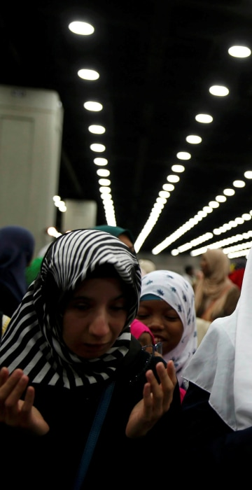 Image: Women gather to take part in the jenazah, an Islamic funeral prayer, for the late boxing champion Muhammad Ali in Louisville