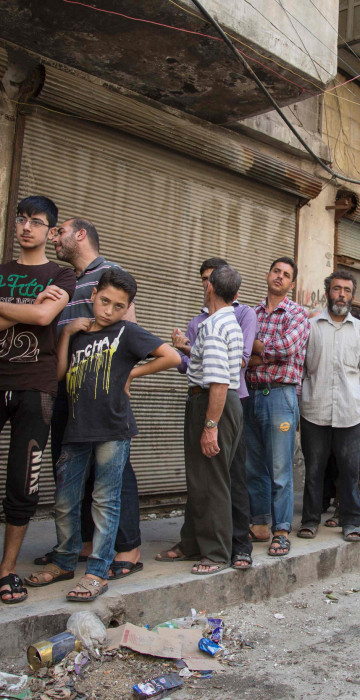 Image: Syrians queue up to buy bread in Aleppo