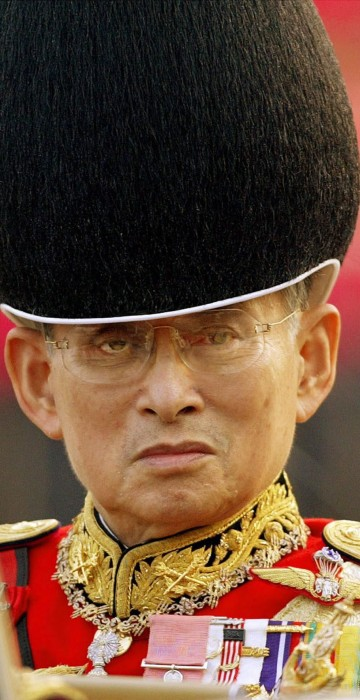 Image: Well wishers across Thailand pray for Thai King