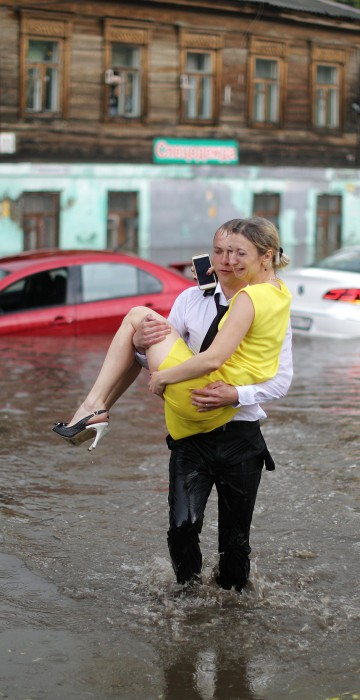 Image: A woman is rescued from her flooded car at the street in Nizhny Novgorod