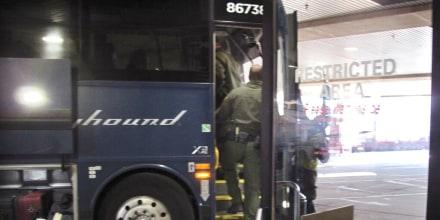 Agentes de la Patrulla Fronteriza suben a un autobús Greyhound en Portland, Oregon