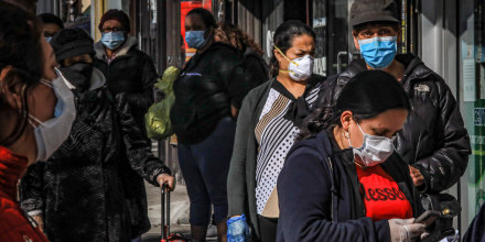Mujeres latinas pasean por el barrio neoyorquino de Brooklyn