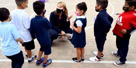La superintendente del Distrito Escolar Unificado de Long Beach, Jill Baker, pregunta a los alumnos de primer grado de la Escuela Primaria Roosevelt si alguno de ellos ya perdió los dientes, en el primer día de clases en Long Beach, el martes 31 de agosto de 2021.