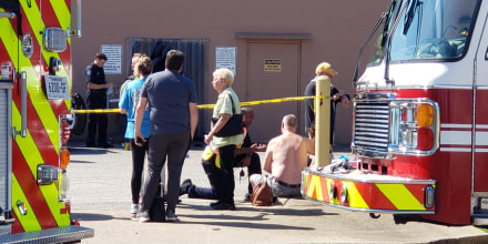 Equipos de primeros auxilios responden a la escena de un tiroteo en un supermercado de Collierville, Tennessee