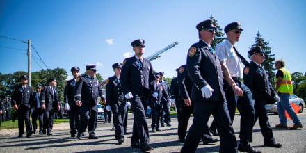 Un grupo de bomberos de Long Island se hizo presente este domingo en la funeraria Moloney de Holbrook, Nueva York, para rendir homenaje a Gabby Petito.