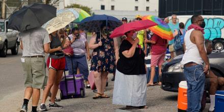 Tras el paso del huracán Ida, la gente hace cola para recibir alimentos y hielo en un centro de distribución el miércoles 1 de septiembre de 2021, en Nueva Orleans, Louisiana.