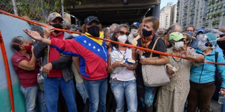 Un grupo de personas se amontonan el 16 de septiembre en un centro de vacunación de Caracas para recibir su segunda dosis de Sputnik V, luego de meses de retraso por parte del Gobierno venezolano en la distribución de las inyecciones.