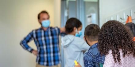 """""""Cada muerte ... refuerza la necesidad de que todas las personas sigan tomando precauciones para reducir la propagación de la enfermedad"""", dijo el portavoz del distrito escolar Kyle Kennedy."""
