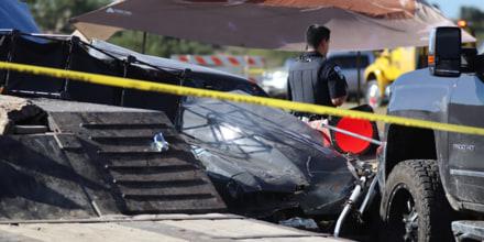La escena de un accidente en Texas, donde dos niños murieron y ocho personas resultaron heridas cuando un piloto de carreras se salió de la pista el sábado.