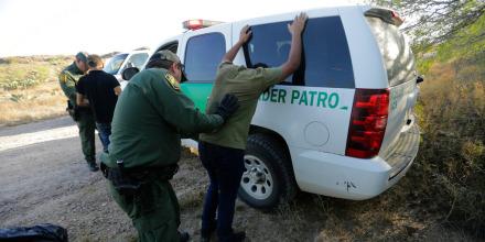 Agentes de la Patrulla Fronteriza registran a dos hombres que cruzaron ilegalmente a Estados Unidos cerca de McAllen, Texas, el 6 de noviembre de 2019.