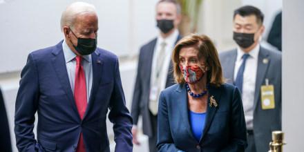 El presidente Joe Biden y la presidenta de la Cámara de Representantes Nancy Pelosi, demócrata por California, hablan en un pasillo del Capitolio en Washington, el viernes 1 de octubre de 2021.