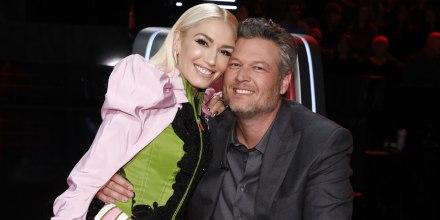 Gwen Stefani y Blake Shelton abrazados en 'The Voice'