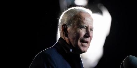 El presidente Joe Biden habla en un mitin para el candidato demócrata a gobernador, el exgobernador de Virginia Terry McAuliffe, el martes 26 de octubre de 2021, en Arlington, Virginia, el 26 de octubre de 2021.