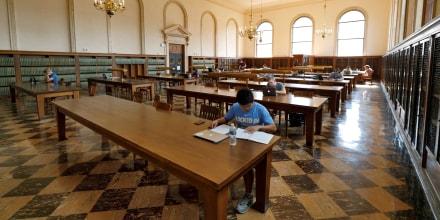 Estudiantes trabajan en la Biblioteca Wilson en el campus de la Universidad de Carolina del Norte en Chapel Hill. Foto de archivo. 20 de septiembre de 2018.