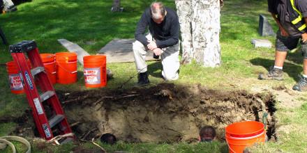 Trabajadores y médicos forenses exhuman el cuerpo de la desconocida #3 de un cementerio en Anchorage, Alaska, en septiembre de 2014.