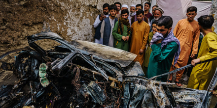 Familiares y vecinos de la familia Ahmadi se reunieron alrededor del vehículo incinerado que fue blanco del ataque de un dron de Estados Unidos. El misil tenía como supuesto objetivo terroristas de ISIS-K, pero en cambio mató a 10 civiles, incluidos 7 niños, en Kabul, Afganistán, el lunes 30 de agosto de 2021.