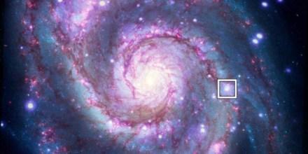 El recuadro indica la ubicación de un posible exoplaneta detectado fuera de la Vía Láctea en una imagen compuesta del telescopio espacial Hubble y el observatorio de rayos X Chandra.