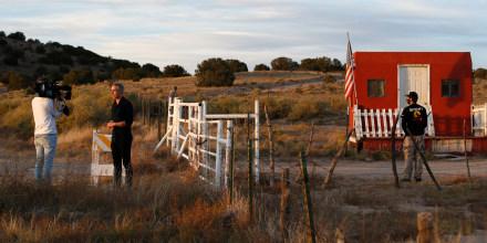 Un equipo de noticias de televisión graba un reportaje en la entrada del Bonanza Creek Film Ranch en Santa Fe, Nuevo México, el viernes 22 de octubre de 2021.