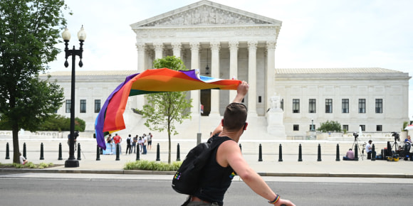 https://media3.s-nbcnews.com/j/newscms/2020_25/3390035/200615-scotus-lgbtq-mn-1110_dd49218dda84726bacfc08ef72ecca51.focal-580x290.jpg