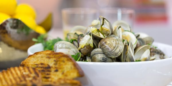 Steamed Clams with Grilled Garlic Bread