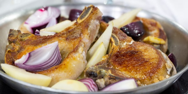 Oven-braised pork chops with red onion and pear