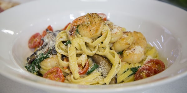 Creamy Fettuccine with Shrimp, Spinach and Tomatoes