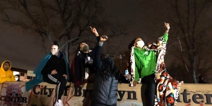 Image: Minneapolis protest after an officer shot and killed a black man
