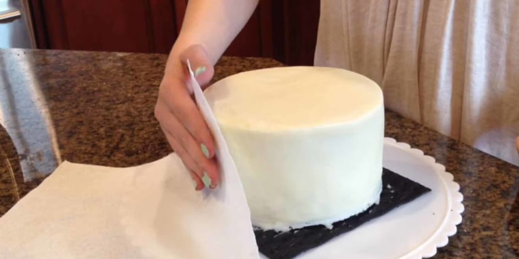 How to frost a cake perfectly with a paper towel