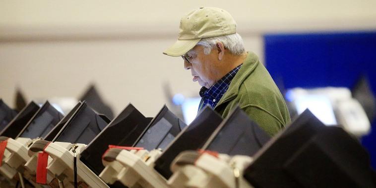 Image: Reginaldo Muniz casts his ballot during Wyoming's primary election