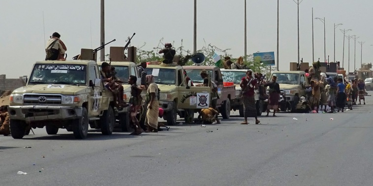 Image: Yemeni pro-government forces gather in a highway as they advance towards central Hodeida while they continue to battle for the control of the city controlled by Huthi rebels