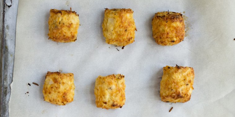 Caulitots look and taste amazingly like classic potato-based tater tots, but they are made of cooked, chopped cauliflower, eggs, cheese and breadcrumbs.