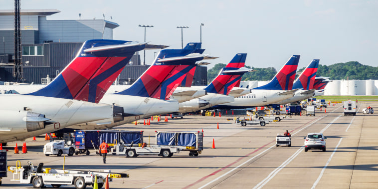 Georgia, Atlanta, Hartsfield-Jackson Atlanta International Airport, Delta Airlines, tarmac and aircraft service