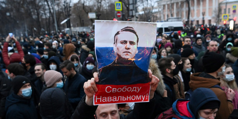 Image: Protesters march in support of jailed opposition leader Alexei Navalny in downtown Moscow