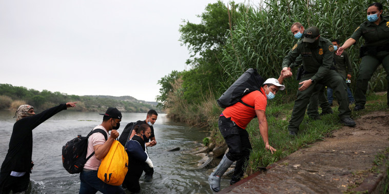 Image: Migrants cross the border in Del Rio, Texas