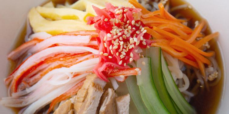 Chinese mixed noodle or Japanese hiyashi chuuka serve.