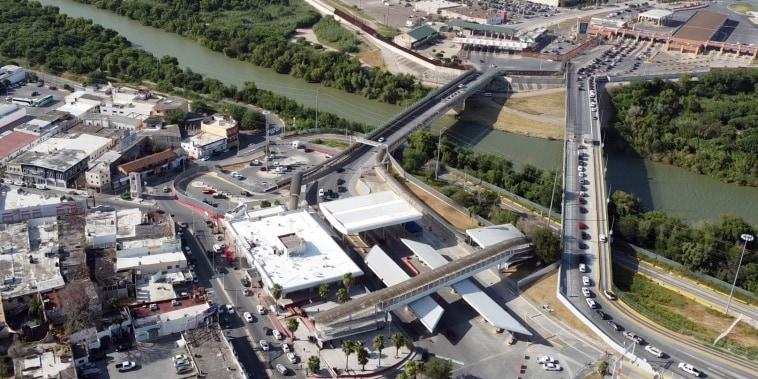Dozens, sometimes hundreds, of expelled migrants travel across the international bridge of Hidalgo, between Reynosa and McAllen every day.