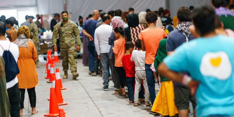 Refugiados Afganos hacen fila para comer en la base militar de Fort Bliss, Nuevo México