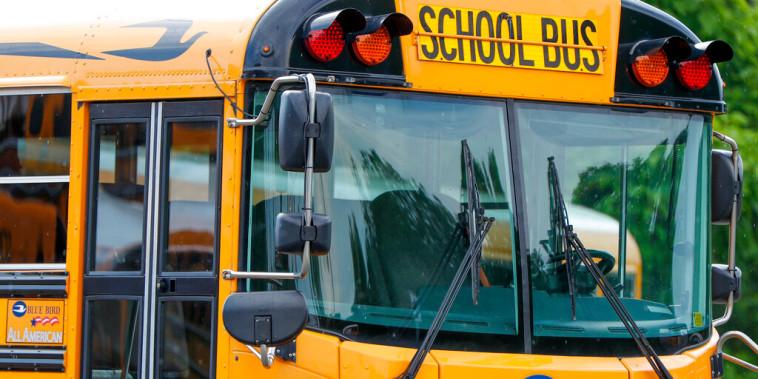 Un autobús escolar aparcado en un estacionamiento.