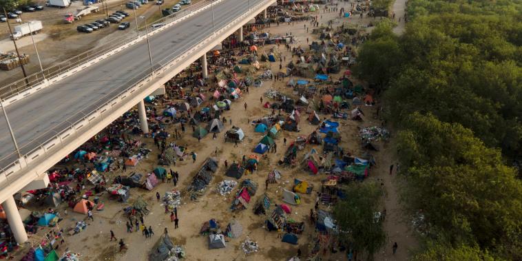 Cientos de migrantes, muchos de ellos procedentes de Haití, en un campamento improvisado a lo largo del puente internacional de Del Río, Texas, el martes 21 de septiembre de 2021.