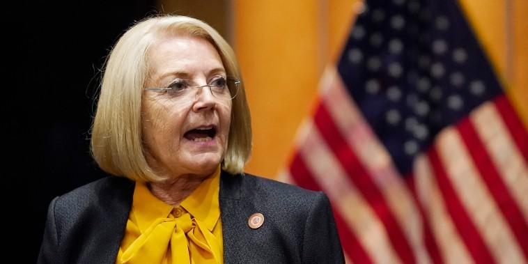 La presidenta del Senado de Arizona, Karen Fann, republicana por Prescott, tras la audiencia republicana del Senado de Arizona sobre la auditoría de los resultados de las elecciones de 2020 en el condado de Maricopa  el viernes 24 de septiembre de 2021, en Phoenix.