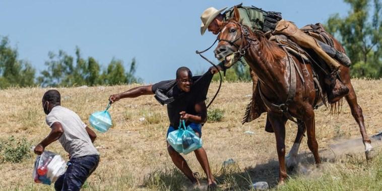 Un agente de la Patrulla Fronteriza montado a caballo trata de detener a un migrante haitiano en la orilla del Rio Grande